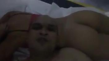 Gordinho fazendo vídeo para o whatsapp com puta no motel