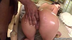 Novinha mamando no caralho enorme do negão