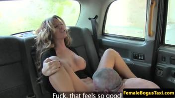 Sexo gostoso com gata no taxi