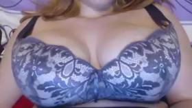 Peituda gostosa na frente da webcam