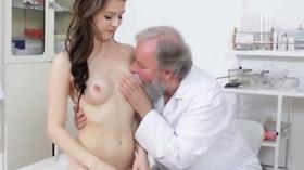 Ninfeta transando com seu ginecologista safado