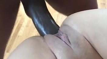Morena fode até receber uma esporrada na bunda empiandinha