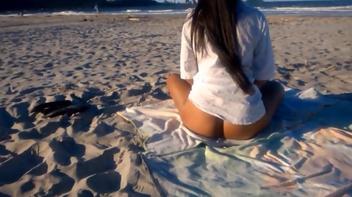 Gostosa pelada na praia