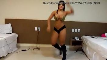 Morena devassa descendo ate o chão dançando funk