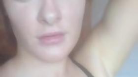 Namorada ruiva fazendo um vídeo amador