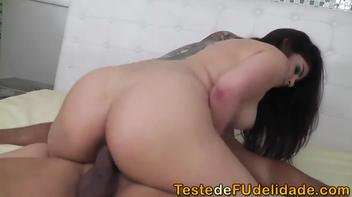 Novinha linda liberando sua boceta apertada