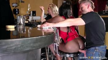 Barman comendo o cu da negra
