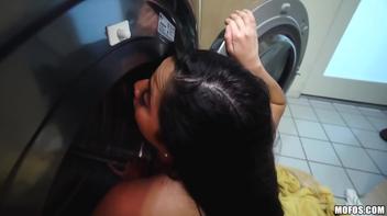 Foi lavar roupa e saiu com a boceta lavada