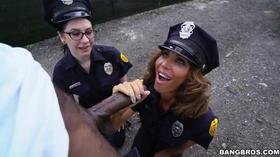 Negro de pau grande com duas policiais