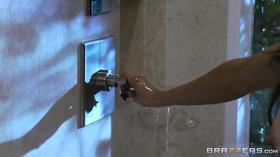 Peituda tomando banho antes do sexo