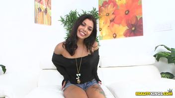 Moreninha brasileira ficando pelada na entrevista
