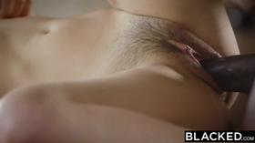 Negrão rasgando a boceta da novinha