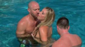 Dois amigos com a putinha na piscina