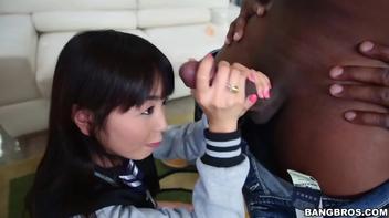 Japonesinha feliz com a rola preta do negrão