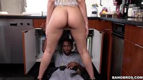 Negro se dando bem com uma loira gostosa