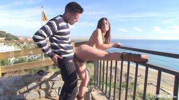 Safadinha dando a boceta para o namorado no parque