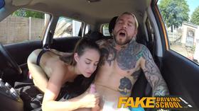 Comendo a bocetinha peluda no carro