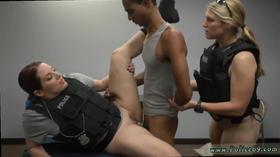 Duas policiais levando rola do presidiário