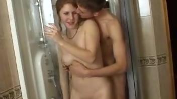 Casal de novinhos fazendo sexo na banheira