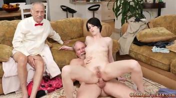 Velho fazendo sexo anal com a novinha