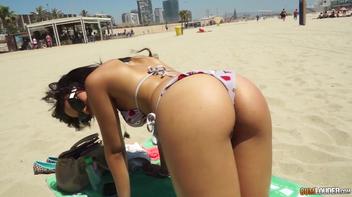 Novinha latina tomando uma gozada nos peitos após foder