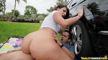 Sexo dentro do carro com o novinho