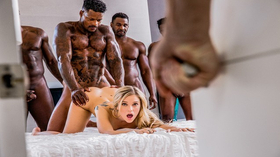 Esposa loirinha trepando no porno gang bang