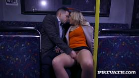 Sexo no ônibus com linda loira safada