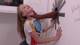 Novinha sendo abusada pelo negão na cabine erótica