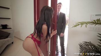 Atendendo a porta de lingerie pra surpreender o cunhado