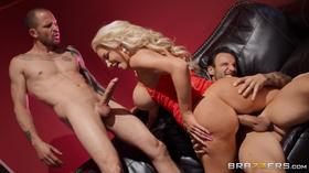 Rainha da putaria fazendo dois caras gozarem rápido
