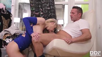 Modelo linda fazendo sexo no provador