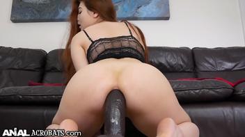Novinha se masturbando com uma beringela