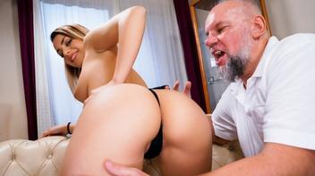 Coroa fazendo sexo com amiga da filha