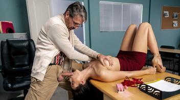 Professor metendo ferro na aluna