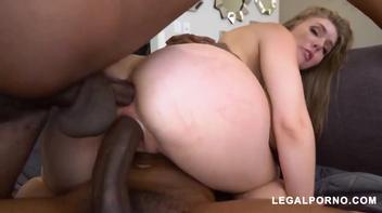 Dupla penetração interracial na loirinha rabuda