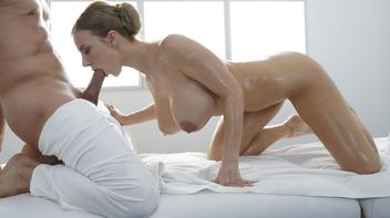 Peituda caindo de boca no pau do massagista