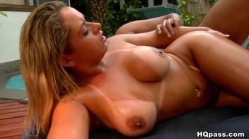 Novinha com piercing na boceta
